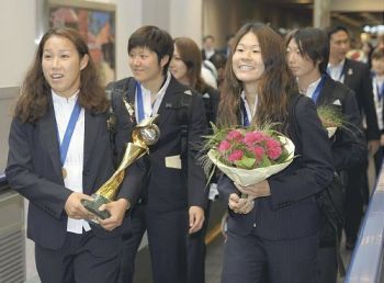 Japanese Women's Football Team in Narita Airport with World Cup Trophy