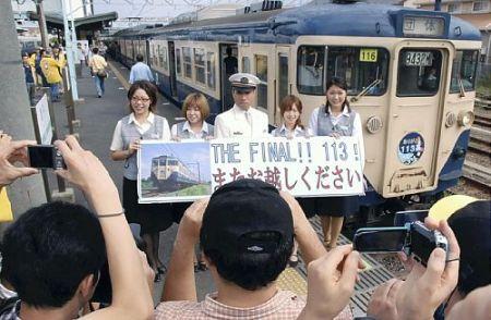 Crew of 113's Farewell Run Takes a Commemorative Photo
